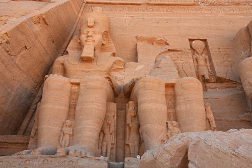 これは左側のラムセス2世像。