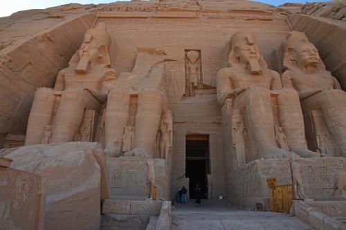 この入口から朝日が差し込んで、一番奥にある至聖所(30~40m奥)のラムセス2世の像に年2回だけ当たるような設計になっている。もちろん、移築の際にもその点を考慮して方角が正確に決められたとのこと。年2回のその日には、朝日がラムセス2世に当たるところを見るために、世界中から大勢の人が詰めかけている。