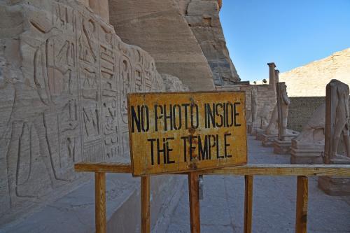 入口横には、「内部撮影禁止」の看板があった。この日から「有料で撮影可」になったことは未だ反映されていない。さしずめ「NO PHOTO INSIDE THE TEMPLE WITHOUT CAMERA TICKET」とでも書くのだろうか。<br />
