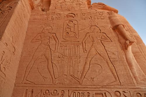捕虜のレリーフの上には、二人のハピ神の姿が描かれており、上下(南北)エジプトの統一を表している。