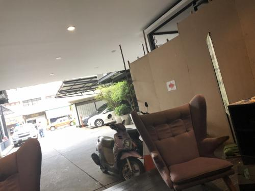 ホテルの入口は、工事中なので雑然としています。