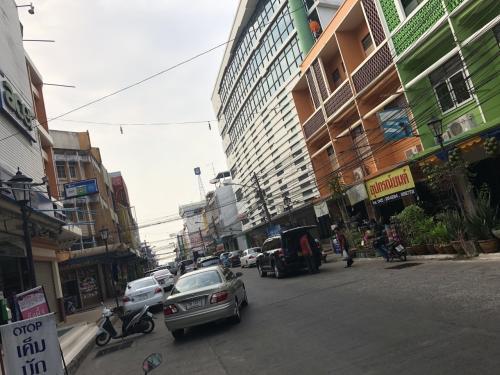 ホテル前の通り、ウボンラチャタニの町は非常に広いらしのですが、その中でも一番中心部に近いエリアに宿をとっていました。