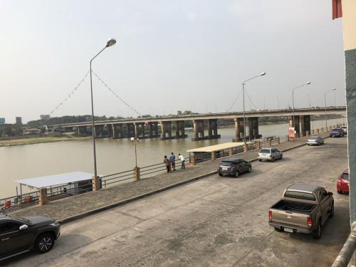 市場の前はこのように川が流れています。橋の向こう側には鉄道の駅があります。
