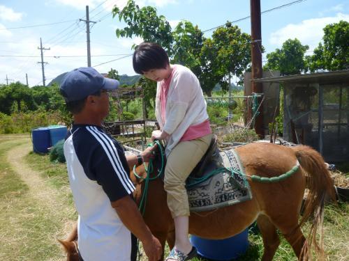簡易的な鞍を着け2年ぶりにハッピーちゃんにまたがりおじさんの先導で伊原間ビーチへ。