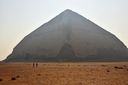 ピラミッドが数多く建設された古王国時代(紀元前2700~2300年頃)の首都メンフィスやメンフィスのネクロポリス(墓所)として広がったサッカラ・ダハシュールには数々のピラミッドがあり、それらは「メンフィスとその墓地遺跡-ギザからダハシュールまでのピラミッド群」として世界遺産に登録されている。<br /><br />ダハシュールは、カイロから南へ30数km行ったところにあり、スネフェル王の屈折ピラミッドと赤いピラミッドがあるところだ。まず訪れた屈折ピラミッドは、途中から傾斜角がゆるくなっている奇妙な形をしていた。