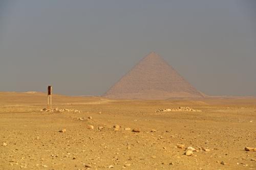 振り返って見ると、赤いピラミッドが見えている。