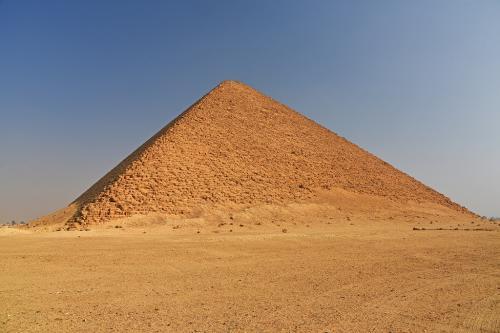 赤いピラミッドは、屈折ピラミッドとは異なり順光なので鮮やかに見える。屈折ピラミッドの上半部のような、ゆるやかな傾斜角となっている。