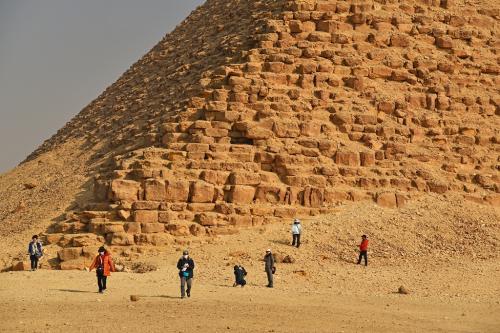 赤いピラミッドも近くまで行ってみるが、表層の塗り固めはなかった。<br /><br />2つのピラミッド見物に30分ほど滞在していたが、バスに乗って次はサッカラにある階段ピラミッドへ向かうことになった。