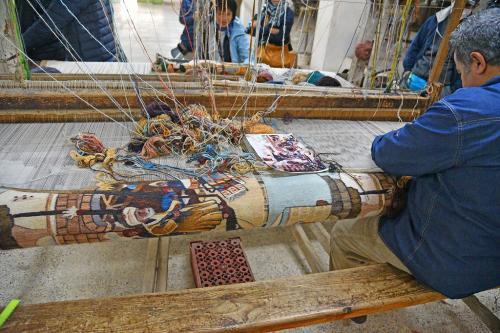 非常に複雑な絵柄の絨毯は先生が織っているとのことで、デモンストレーションも行っていた。