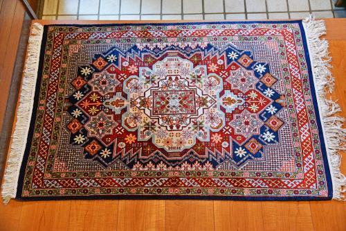 簡単に製作現場を見せた後は、お決まりの販売所(2階)への案内だ(笑)。<br /><br />コットン・ウール・シルクなどの素材違い、エジプト特有の壁画模様や風景画や細かなデザインと各種の絨毯を見せられた。当初は買うつもりはなかったものの、女房がシルクの細かな模様の絨毯を見、価格を聞いた途端に「買いたい」と言い出した。どうやら以前に行ったトルコや日本のデパートで見るものよりも、お得な感じがしたようだ。いくつかのデザインを見せてもらった後、写真のシルクの絨毯を購入。現在は、我が家の玄関マットとして活躍している。<br /><br />女房は前から欲しかったとのことで、世界各地の特産品を買うのも旅行の楽しみなので、「買って良かった」ということになるが、ひとつ残念だったのは時間が少なくて十分な価格交渉(値切り)が出来なかったこと。もちろん、値札からはかなり引いてもらったが、後から考えるともう少し上手く交渉しておれば、もう100ドルは安く買えただろうと残念だった(笑)。<br /><br />ちなみに絨毯はすぐに梱包してくれて、シルクということもあり軽くて嵩も低かったために、持ち帰りに不便はなかった。<br />