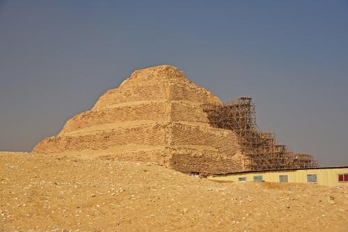 この5層の階段状に見える階段ピラミッドは、世界最古のピラミッドとなり、屈折ピラミッドと赤のピラミッド建設のスネフェル王のひとつ前のジュセル王の建設となっている。