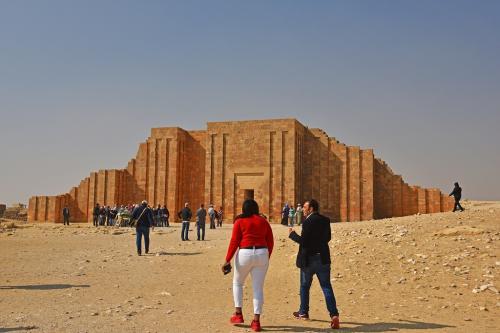 この地は階段ピラミッドだけではなく、祭殿や神殿などが配置されたピラミッド・コンプレックスとなっている。<br /><br />この写真は、当時の王宮のスタイルを模した入口だ。<br /><br />