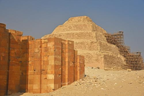 階段ピラミッドと王宮を模した建物の壁面。