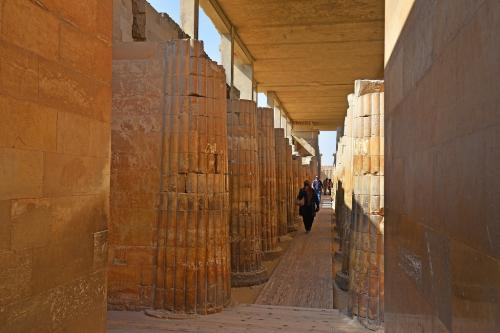 最も初期のタイプのパピルス柱が並ぶ柱廊。