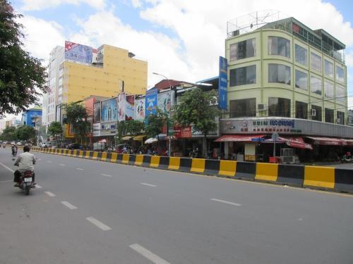 市場の前の通りです。