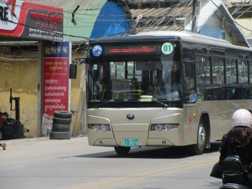 路線バスも走っています。空港まで行けるので便利です。