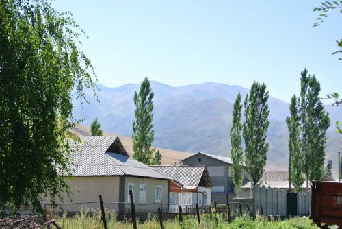 ここから同僚の方に迎えに来てもらい、彼女のお母様の実家へ。山に囲まれたのどかな村、トゥシブラクというところにあります。