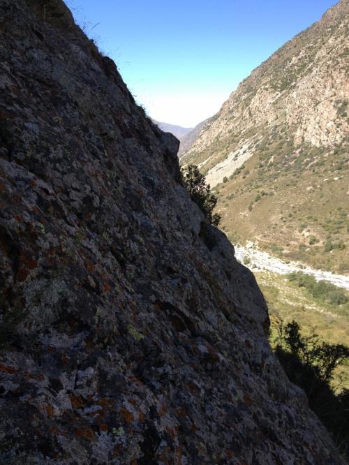 この滝、サイドから岩肌を登って近づくことができるのですが、途中からかなり急なロッククライミングに。滝の水で濡れてるので滑るし決死のクライミングでしたが、地元の人はサンダルでひょいひょい登っちゃいます。
