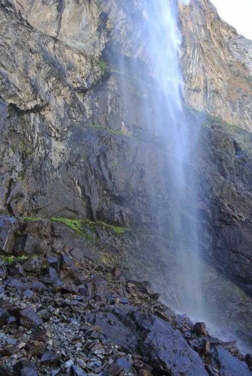 滝に近づきました。水が吹き付けて涼しい。