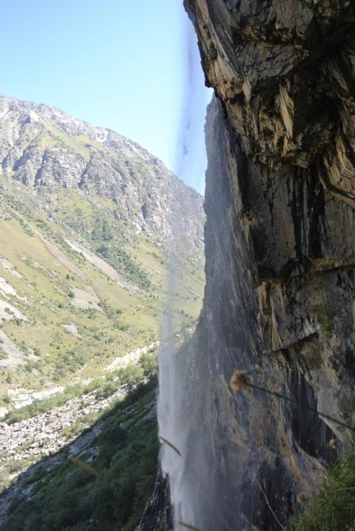 真横からの滝。
