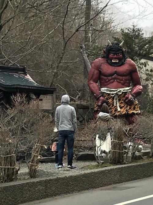 クマ牧場を後にして、次は地獄谷へ!<br />地獄だけあって鬼が出迎えてくれます。<br />ちなみにクマ牧場から歩いて行けますよ!