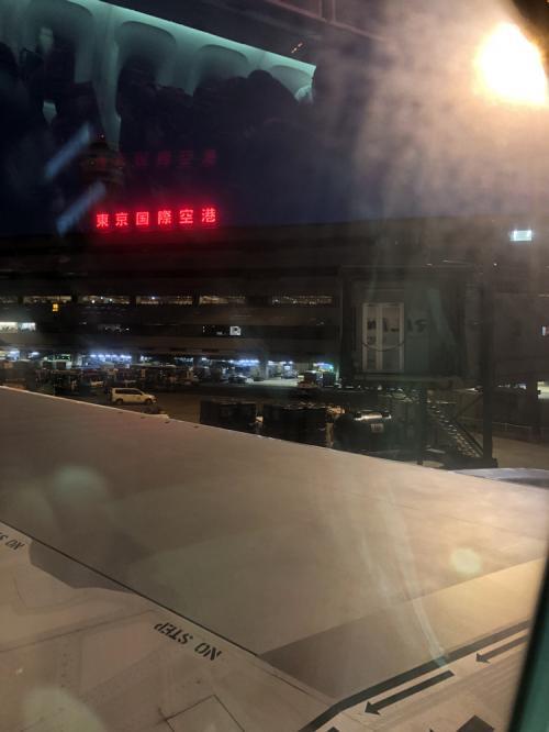 JAL303便<br />東京/羽田 → 福岡<br />定刻 06:15発 - 08:15着<br />でした<br />