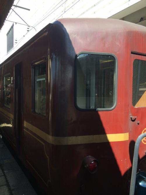 客車は赤にゴールドラインが入った、レトロで品のあるデザイン。