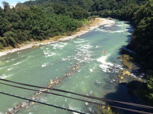 パレオエクスプレス、一番の見所はこちら。<br /><br />長瀞駅のあたりで鉄橋を渡ります。<br />エメラルドに反射する川はとても綺麗。