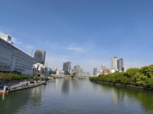 天満橋駅から大川を渡って造幣局へ。