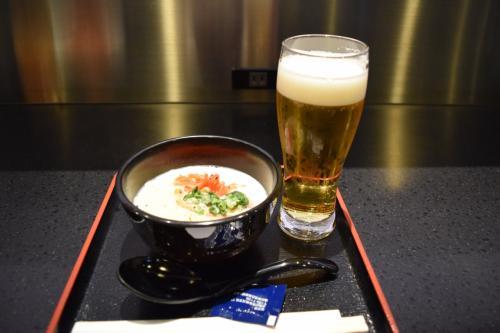 羽田についてANAラウンジへ。<br /><br />お昼はいつも11時からか12時からかの交代制。<br />旅に出る日はいつも11時ランチのような気がする。<br />お腹が空き過ぎて、とりあえずビールとラーメンとゆー深夜のヤバい食事。