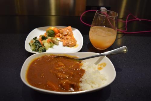 てことで、カレーにチェンジ。<br /><br />カレーは基本ライスはあまり食べない派なのでほぼルーですw<br />他にもお野菜系とか食べてお腹がいっぱいすぎる…。