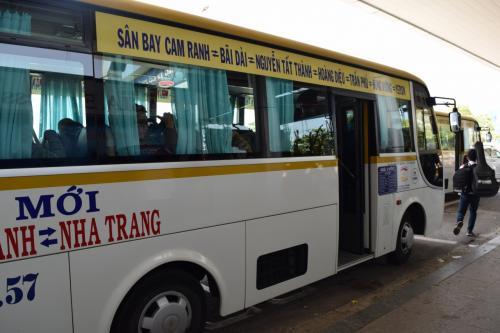 市内まではバスで。<br /><br />ちなみにタクだと30万ドン、このバスだと5万ドン。<br />ってことで絶対バスでしょ。<br />チケットチェックのおねーさんが、ホテルを聞いて近くのバス停を教えてくれる。<br />でも、そこがどこか微妙なので、WIFIがなかったらキツかったかも。