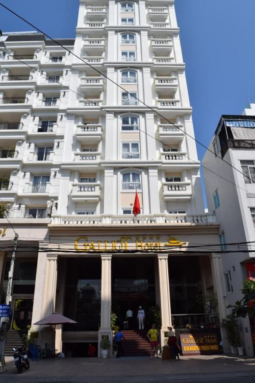 ニャチャンのホテルってお手頃と高級の差が激しい。<br /><br />お手頃ホテルだとそこそこキレイで1泊3000円台。<br />高級ホテルだと3万とかするし。<br />シェラトンがお手頃で15000円くらいだったかな?<br />シェラトンかお手頃ホテルで迷った結果…<br />お手頃なガリオットホテルへ。<br /><br />バスを降りてからGoogle Mapに連れて行ってもらい、迷わず到着。<br />チェックインはあと1時間後だったので先にランチを食べに。