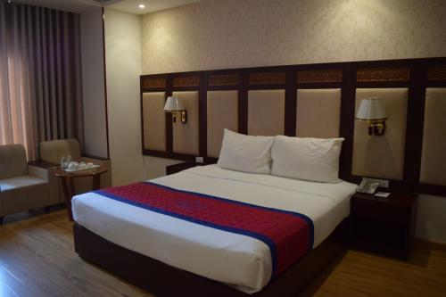 先にお部屋をご紹介。<br /><br />ガリオットホテルは口コミはよかったけど、1泊3000円ちょっとだったので全く期待していなかったけど…。<br />部屋は広いし、ベッドは大きいし、かなりお得。<br />食べなかったけど朝食付きだし。