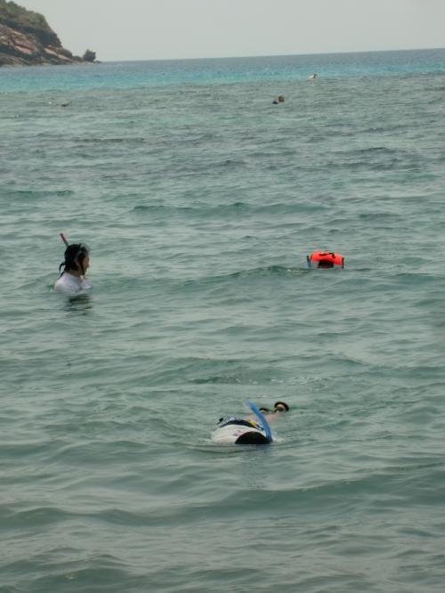 写真:手前が長男、左奥が妻、右奥が次女。 彼女はこのように、常に<br />ライフジャケットでぷかぷか浮いているので、海の怖さがわかってない。<br />