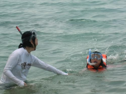シュノーケルもマスクも小学生用なので、次男と次女がつけると隙間が<br />出来るようで、いっとき泳ぐとこのように「ゲホッ」となる。