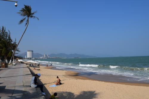 チェックインまで少し時間があったのでビーチに出てみた。<br />正直、海はめっちゃキレイなわけじゃないけど、それなりにすいているし、のんびりするにはよさそう!<br /><br />今回は時間がないので見ただけだけど。<br /><br />ニャチャン観光の記事はコチラ。<br />https://www.travel.co.jp/guide/article/32265/