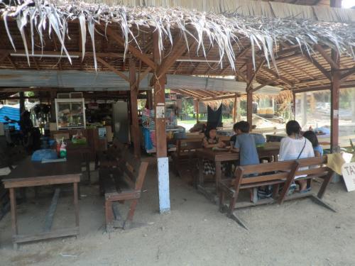 14時、昨日のお昼を食べて大好評だった野外食堂へ。