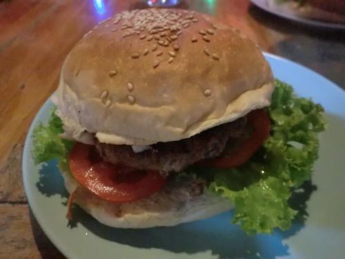 師匠のとこは昼だけ営業なので、夕食は近くのYAN KAM RESTAURANT<br />で。バーガー90B(≒306円)×5、シェイク60B(≒204円)×3、計630B。<br />バーガーのパテが日本のと違って肉肉しくておいしかった!