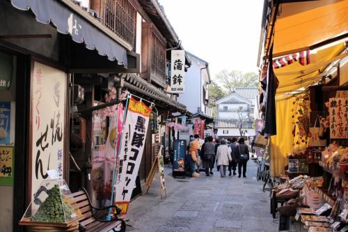 お土産屋さんが並んだ通りを歩きます。