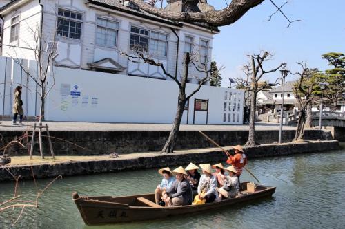 あら~川舟に乗ってる。