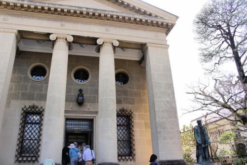 ギリシャ神殿のような外観は1930年の創立当時のままの姿をとどめています。