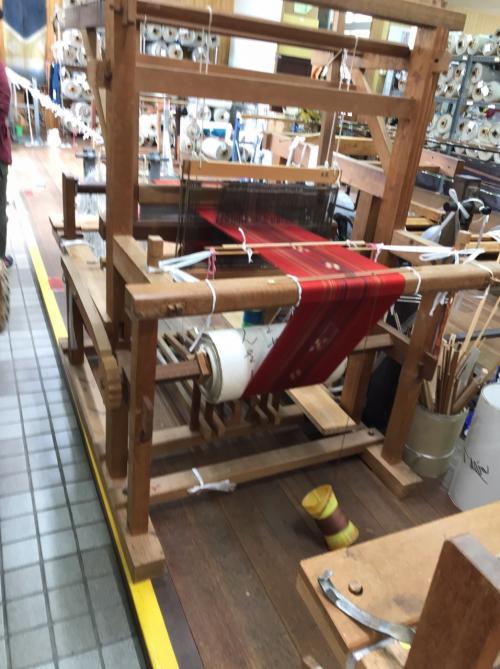 中に入ると1階がミンサー織りの作業場のようになっています。<br /><br />ミンサー織りとは竹富島が発祥の伝統工芸の織物で、<br />藍色をベースにした帯などが主です。<br /><br />今では普及のため様々な色や形のものがあります。<br /><br />