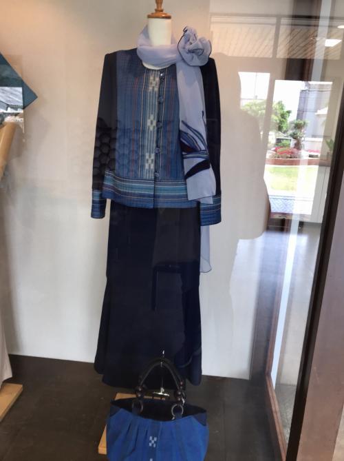 撮影禁止だったので撮れませんでしたが、夏川りみさんが紅白で着た衣装などがミンサー織りで作られて話題になったそうです。<br /><br />何着かガラスケースに展示されていました。<br /><br />こちらは販売用のバックや洋服です。<br />