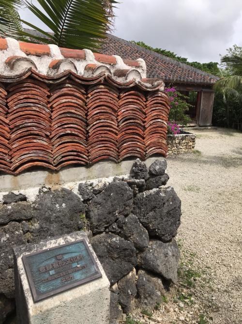 1907年に建築され、2008年に移築された一般民家の「大浜邸」です。<br /><br />茶色い瓦を平たく積んだ石垣が特徴的です。