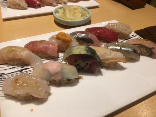 寿司は今回は沢山食べた。特に大阪の友人が寿司マニア?!というわけで、これでもかと言うくらい寿司屋を梯子させられた。。。<br /><br />本文中に出している「あいじ」「めくみ」では写真撮らなかったので、この写真は近江町市場の中にあるお店で食べた時のもの。<br /><br />お昼のお得なセットという事だったので、食べてみた。値段も手ごろだし、こういう値段で美味い寿司が食べられたら最高なのだけど、一年に一度の楽しめだからこその喜びでもあるので、普段はメキシカンタコスで我慢する(笑)<br /><br />