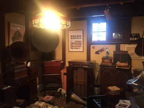 ちょっとだけボクの実家を紹介しよっか(笑)<br /><br />これは、実家の蔵の中にある蓄音機コレクションの部屋。分かる人にしか分からない名機がそろっているぞ(笑)<br /><br />たとえば。。。