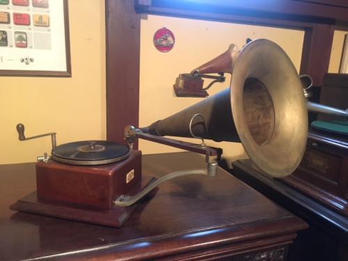 HMVのトレードマーク。1908年製だね。<br /><br />こっちの方が、皆さんには蓄音機って意味ではピンとくるかなぁ(笑)<br /><br />音楽的にはちとあれだから、こういうものは悪までコレクションだよね。ラッパも含めてオリジナルのモノはほとんど見ることが出来ないので、貴重な品だよ(^^)<br /><br />