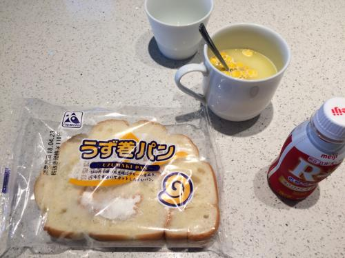 朝ご飯は、前日に各々好きなものをファミリーマートで買ってきました。<br /><br />みんなおにぎりと味噌汁でしたが、私だけパンとコーンスープ。<br />宮古島らしいものを、と初めてのうずまきパン。<br />ジャリジャリ砂糖が入ったクリームのフワフワパンでした。<br />カロリー高そう!<br />でもいいんです、今日はシュノーケルで消費しますから!(?)<br /><br />主人にはいつも、よく朝からそんな甘いもの食べられるねって呆れられます…。<br /><br /><br />食べ終わると同時に、ショップから連絡が入り、シュノーケルもSUPも出来ます!とのこと。<br />やった~!!<br /><br />