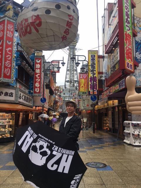 今回、お客様訪問に大阪日帰り食い倒れ弾丸ツアーをやってきたぞ!<br /><br />ディープな世界で知られる「新世界」に連れていかれた。大阪の昔をしる人には「新世界」=「ドヤ街」というイメージらしいが、橋下知事の時に観光整備が進んだそうで、今では立派な観光名所になっている。<br /><br />怪しい雰囲気は残っているけれど、観光客が多く目立つ素敵な名所に生まれ変わっている。